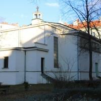 pohled na kostel z vnitrobloku